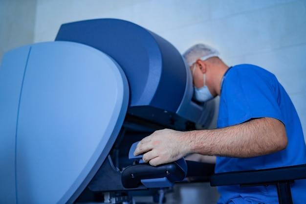 Sala operacyjna w szpitalu wyposażona w zrobotyzowany sprzęt