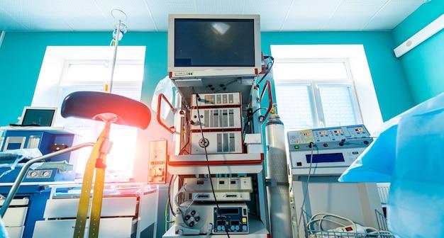 Sala operacyjna ze sprzętem roboczym, oświetleniem i komputerami gotowa dla chirurgów. urządzenia medyczne, koncepcja projektowania wnętrz szpitala.