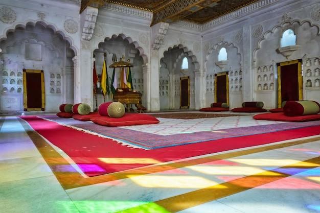 Sala sądowa moti mahal (the pearl palace) w forcie mehrangarh, jodhpur, rajasthan, indie