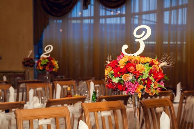 Sala w restauracji udekorowana kwiatami w stylu jesiennym