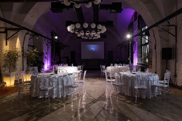 Sala wewnętrzna ze stolikami na bankiet lub wesele
