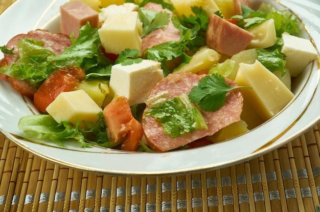 Salade comtoise< kuchnia franc-comtoise, klasyczna francuska sałatka pełna smaku i konsystencji,