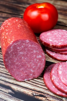 Salami, salami wędzona kiełbasa, krojona na desce do krojenia