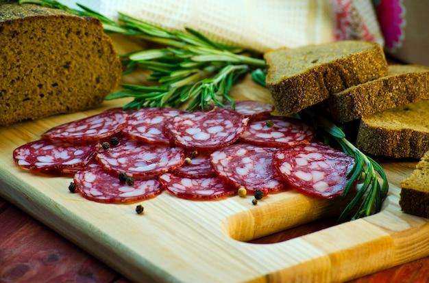 Salami z wędzoną kiełbasą ze smalcem i chlebem z bliska