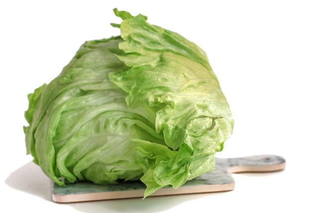 Sałata lodowa zielona na białym tle