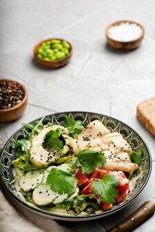 Sałatka avacado z kałamarnicą i świeżymi warzywami zbliżenie z miejscem na kopię