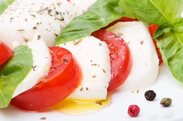 Sałatka caprese. mozzarella, świeże pomidory i liście bazylii