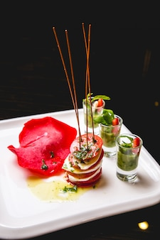Sałatka caprese pomidorowa bazylia mozzarella oliwy z oliwek widok z boku