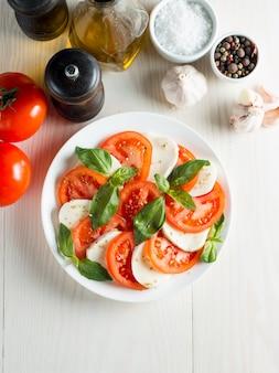 Sałatka caprese z pomidorami, bazylią, mozzarellą.