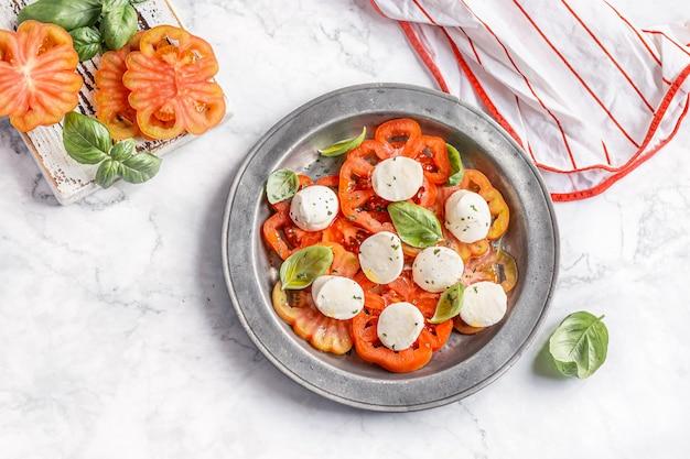 Sałatka caprese z pomidorami i kulkami mozzarelli