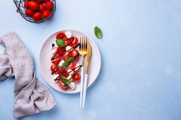 Sałatka caprese z pomidorami i mozzarellą
