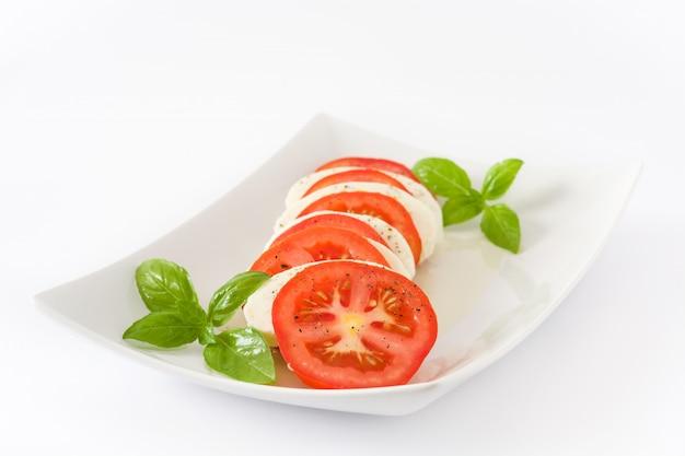 Sałatka caprese z pomidorami mozzarella i bazylią