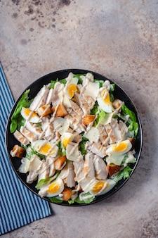 Sałatka cesarska z grillowanym kurczakiem i chrupiącymi grzankami