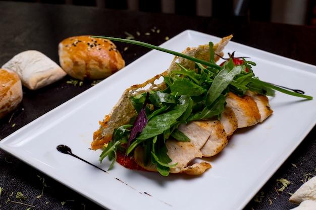 Sałatka cezar kurczak sałata pomidor parmezan sardele widok z boku