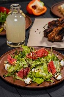 Sałatka cezar z grejpfrutem z grillowanymi żeberkami wieprzowymi marynowanymi warzywami i bimberem