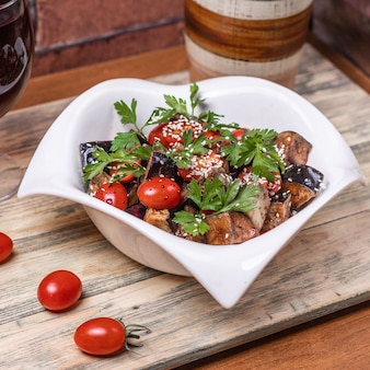 Sałatka cezar z pomidorami.
