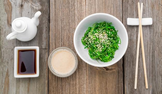 Sałatka chuka i marynowane imbirowe zbliżenie na stole.