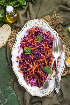 Sałatka colesław z czerwonej kapusty z marchewką z dressingiem z oliwy i cytryny