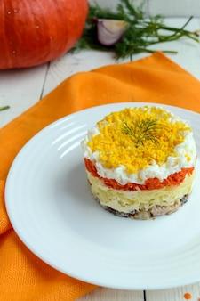 Sałatka dietetyczna warstwy tuńczyka w oleju ziemniaki gotowane marchewki jajka słowiańskie tradycyjne danie mimoza
