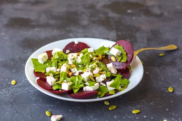 Sałatka dietetyczna z buraków, rukoli, sera feta, pestek dyni z oliwą z oliwek