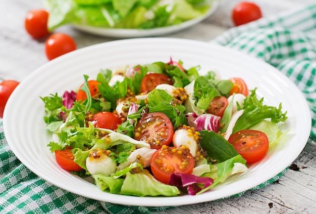 Sałatka dietetyczna z pomidorami, sałatą mozzarella z sosem miodowo-musztardowym
