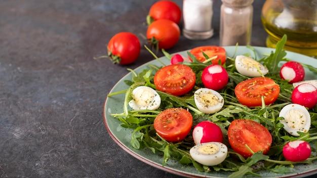 Sałatka dietetyczna z rzodkiewką, pomidorami, jajkami przepiórczymi i rukolą skopiuj miejsce