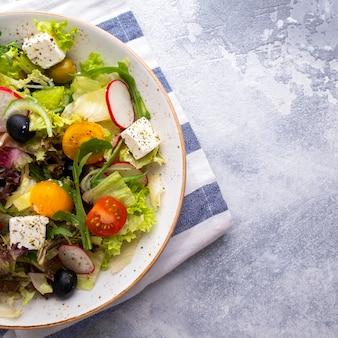 Sałatka dietetyczna ze świeżych warzyw, sałaty, rukoli i sera. . widok z góry.