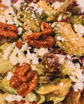 Sałatka dla smakoszy z serem greckim, sałatą z pomidorów i orzechami włoskimi