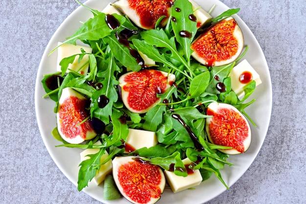 Sałatka figowa z rukolą i białym serem. zdrowa sałatka z figami i serem. pomysł na lunch keto. dieta ketonowa. sałatka wegańska figi tofu rukola.