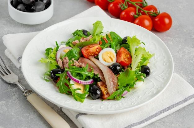 Sałatka francuska nicoise z tuńczykiem, jajkiem, fasolką szparagową, pomidorami, oliwkami, sałatą, cebulą i anchois