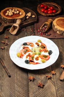 Sałatka gourmet caprese na białym talerzu