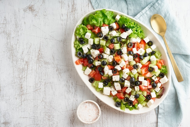 Sałatka grecka horiatiki z serem feta, wegetariańskie dania śródziemnomorskie, dieta niskokaloryczna