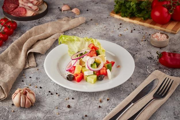Sałatka grecka, jedzenie wegetariańskie