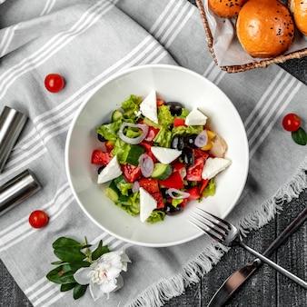 Sałatka grecka na stole