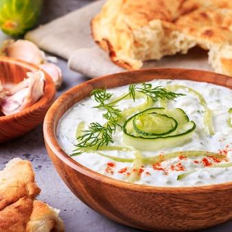 Sałatka grecka tzatziki z ogórka, jogurtu, oliwy z oliwek, czosnku, koperku i przypraw.