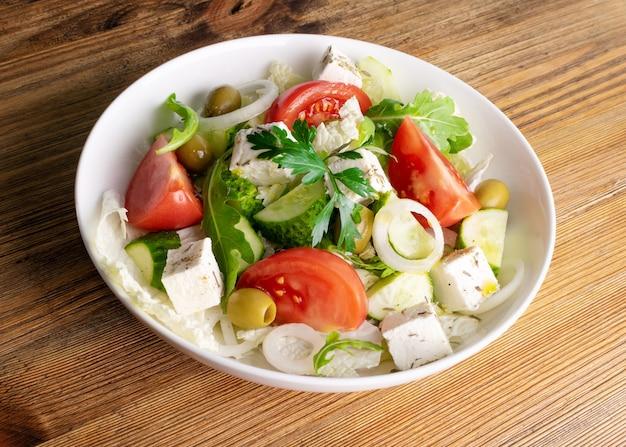 Sałatka grecka w białej misce z bliska