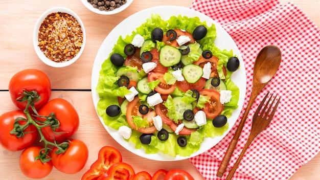 Sałatka grecka z oliwkami i serem feta do stołu. widok z góry.