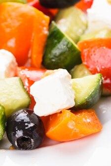 Sałatka grecka z serem feta makro na białym talerzu