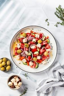 Sałatka grecka z serem feta, pomidorami, czerwoną papryką