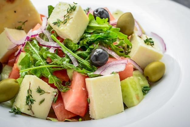 Sałatka grecka z twardym serem i oliwkami