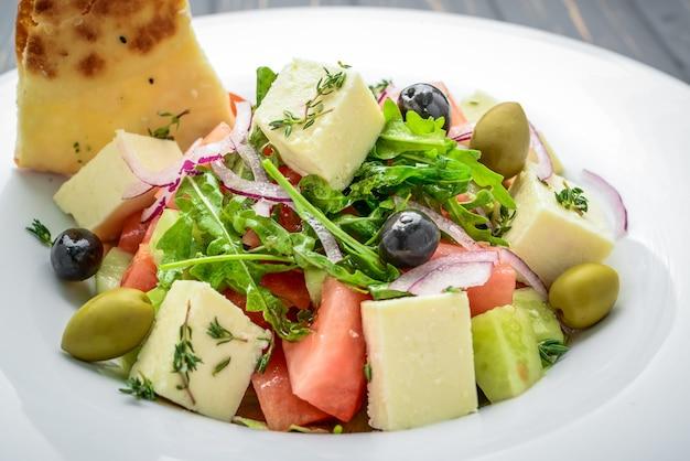 Sałatka grecka z twardymi oliwkami serowymi
