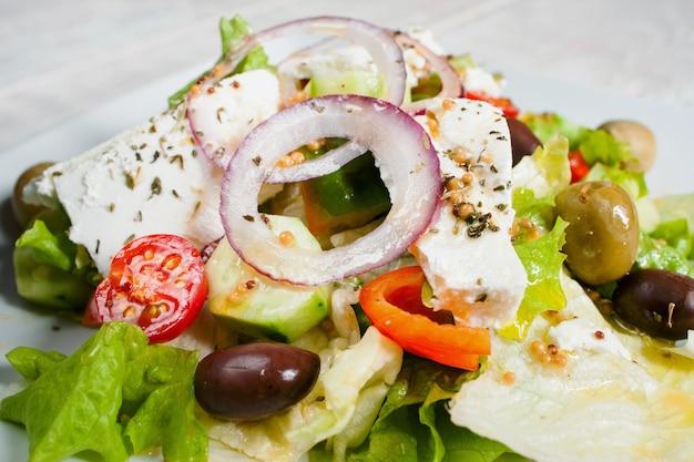 Sałatka grecka ze świeżymi warzywami i fetą