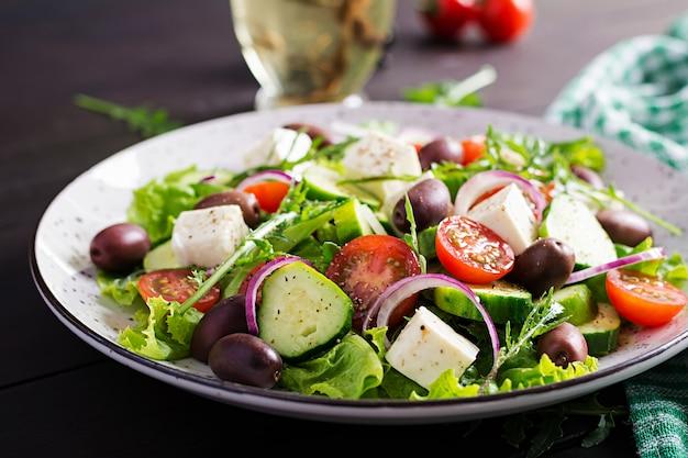 Sałatka grecka ze świeżymi warzywami, serem feta i oliwkami kalamata. zdrowe jedzenie.