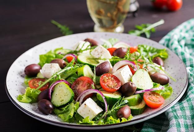 Sałatka grecka ze świeżymi warzywami, serem feta i oliwkami kalamata