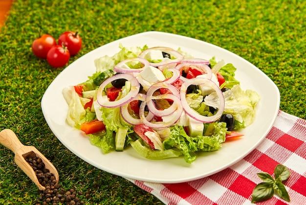 Sałatka grecka ze świeżymi warzywami, serem feta i oliwkami. zdrowe jedzenie.