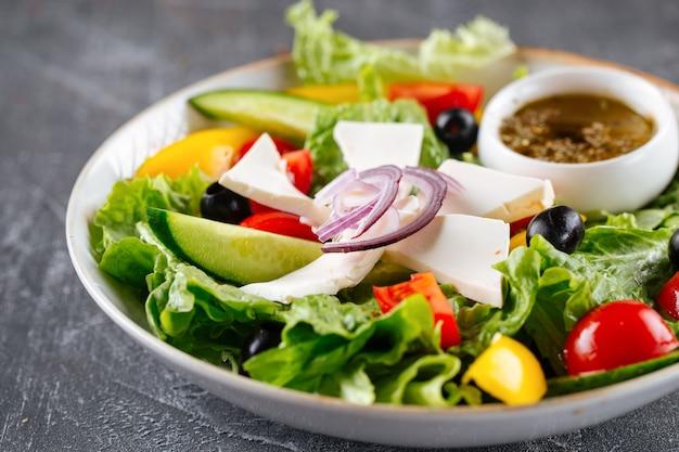 Sałatka grecka ze świeżymi warzywami, serem i oliwą