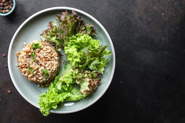 Sałatka gryczana zielona mieszanka sałat dieta wegańska lub wegetariańska