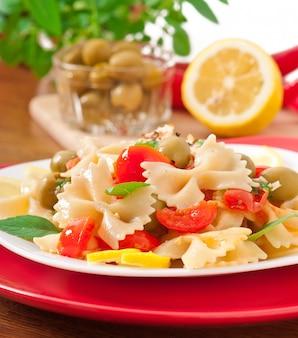 Sałatka hiszpańska z kokardkami makaronowymi, pomidorami i kurczakiem