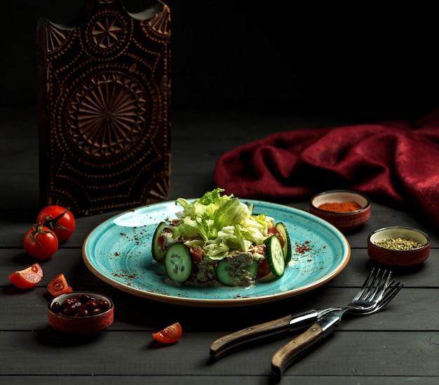 Sałatka jarzynowa na talerzu