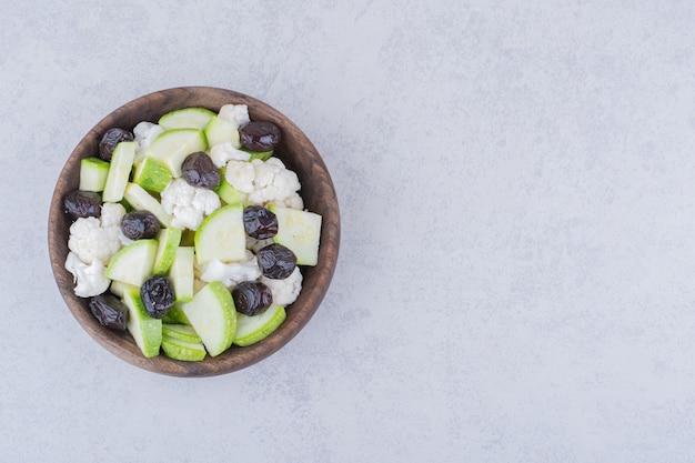 Sałatka jarzynowa z czarnymi oliwkami i kalafiorami